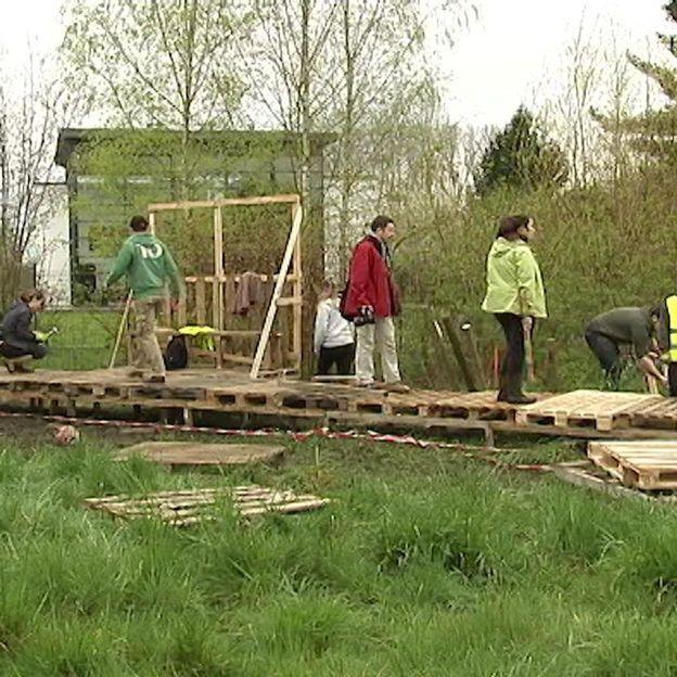 Les étudiants réalisent un sentier d'accès en bois de récupération