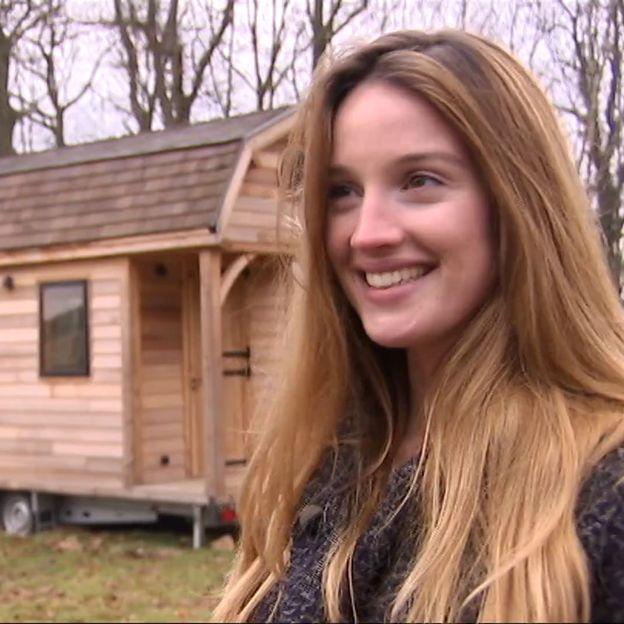 Sofia Ribeiro devant sa tiny house