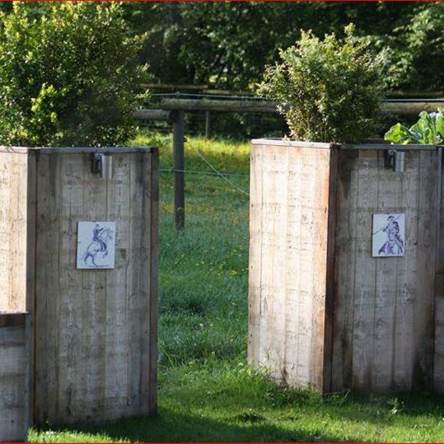 Le bois de coffrage devient brise-vue, cloisons, ... - RTBF Jardins ...