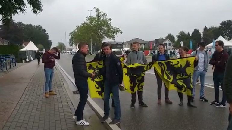 Des jeunes du Vlaams Belang distribuent des drapeaux flamingants à l'entrée du Pukkelpop