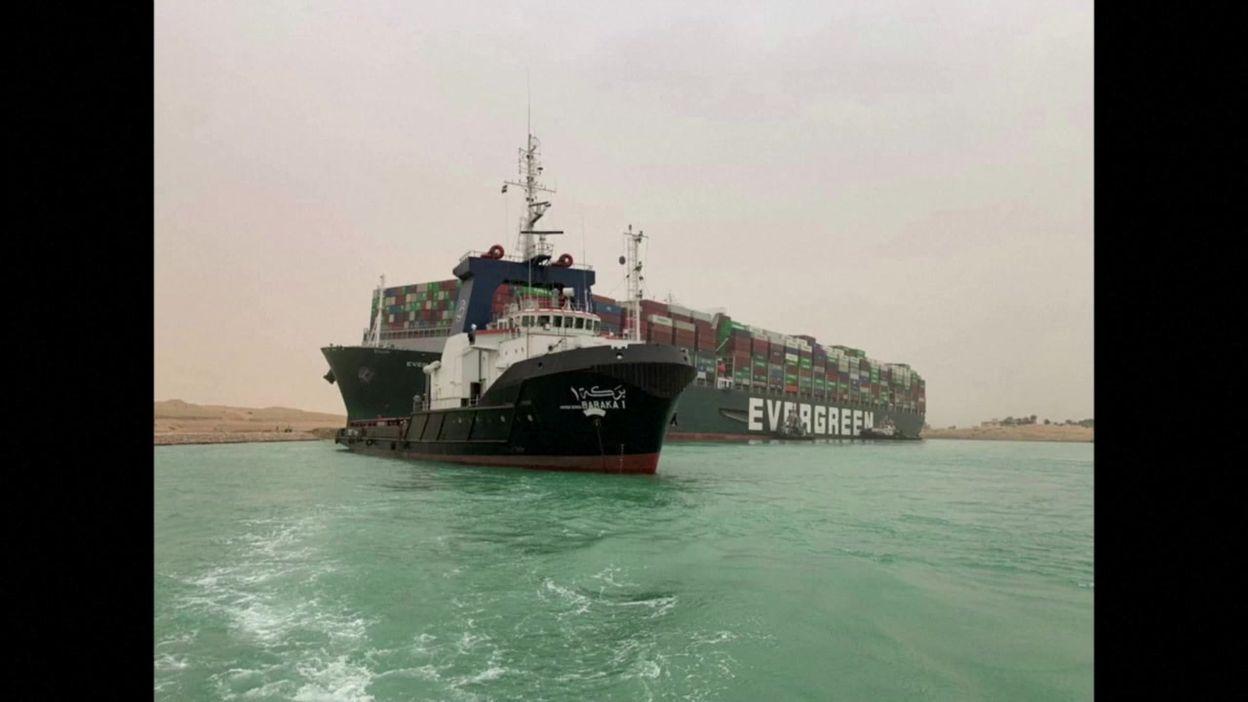 Egypte: canal de Suez entravé par un immense porte-conteneurs de 400 m