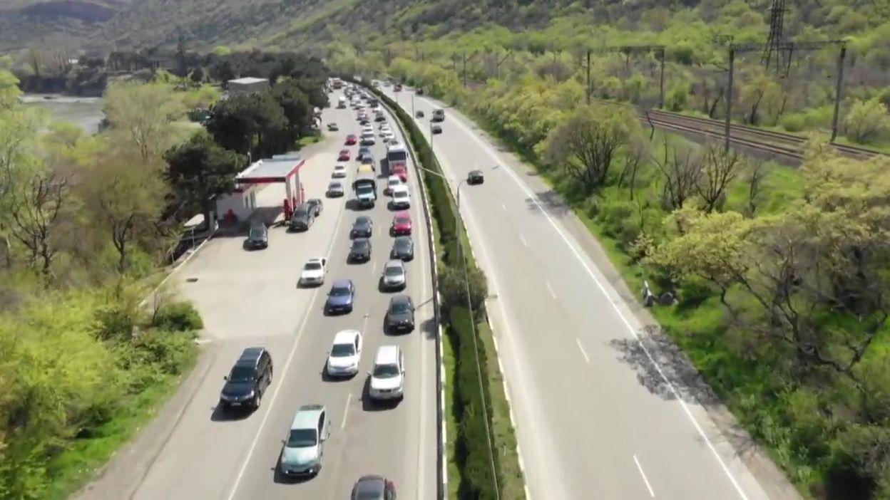 Coronavirus en Géorgie: trafic routier très dense à la sortie de Tbilissi, la capitale, le 15 avril