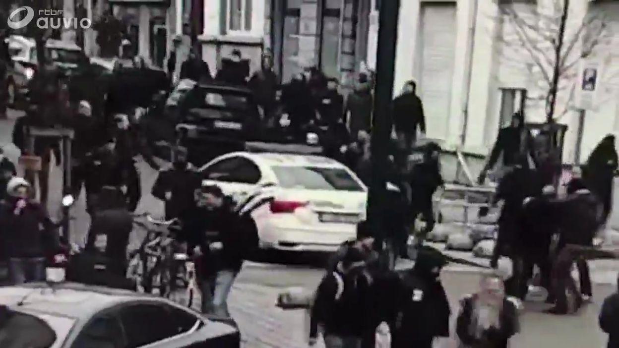 Voiture de police attaquée
