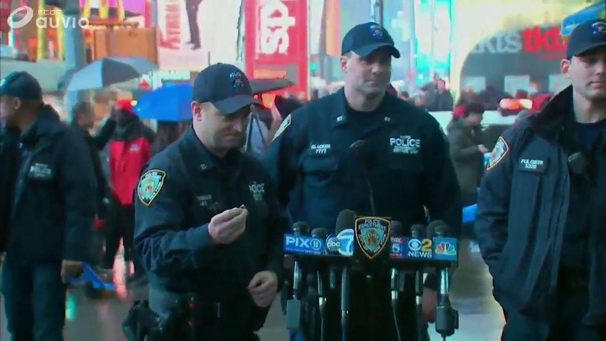 La police montre la bague retrouvée