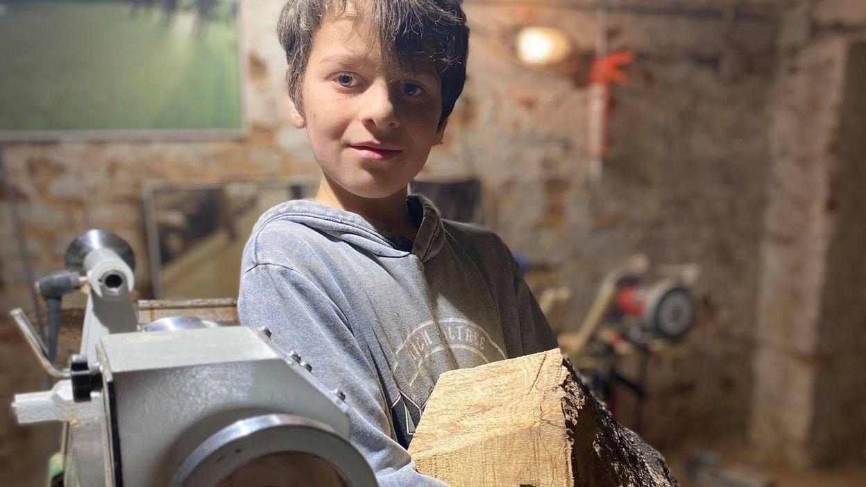 A peine 11 ans et déjà, il tourne le bois et crée ses propres objets