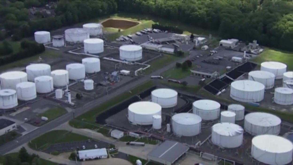Etats-Unis: vue aérienne de camions-citernes dans un terminal de Colonial Pipeline