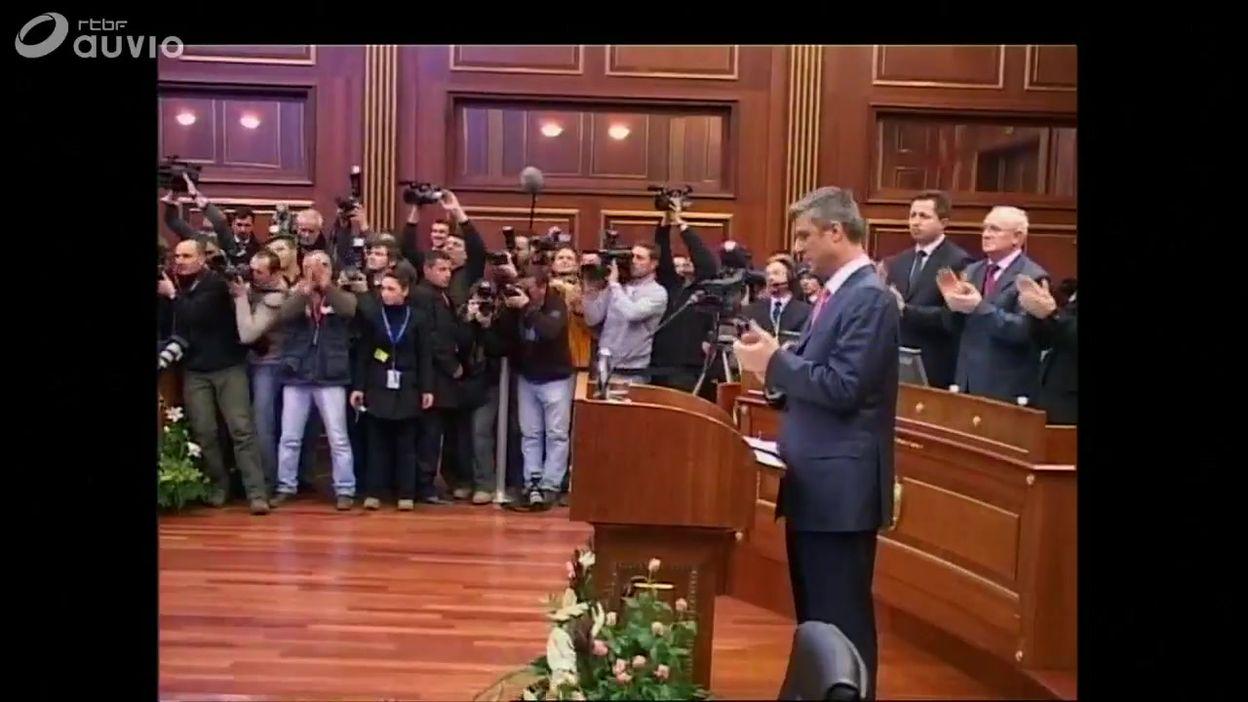 Kosovo: Hashim Thaçi applaudi au parlement lors de l'indépendance et présentation du drapeau