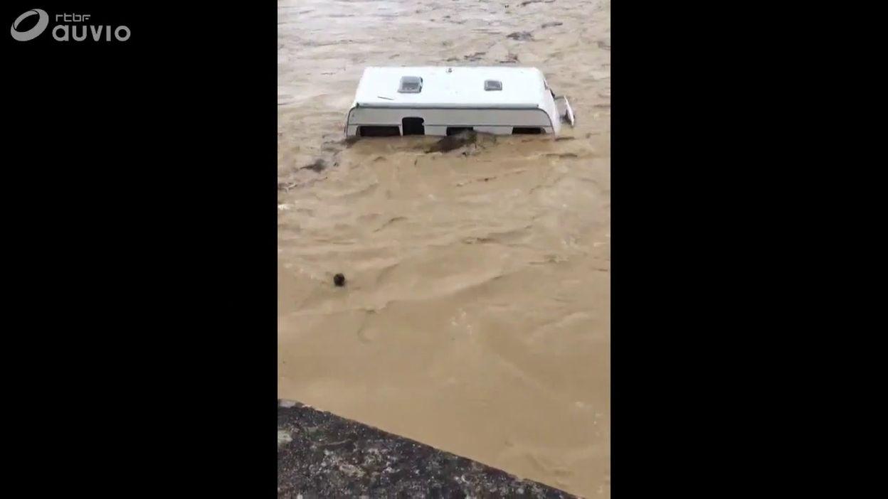 France: les inondations emportent une caravane à Saint-André de Roquepertuis (Gard)