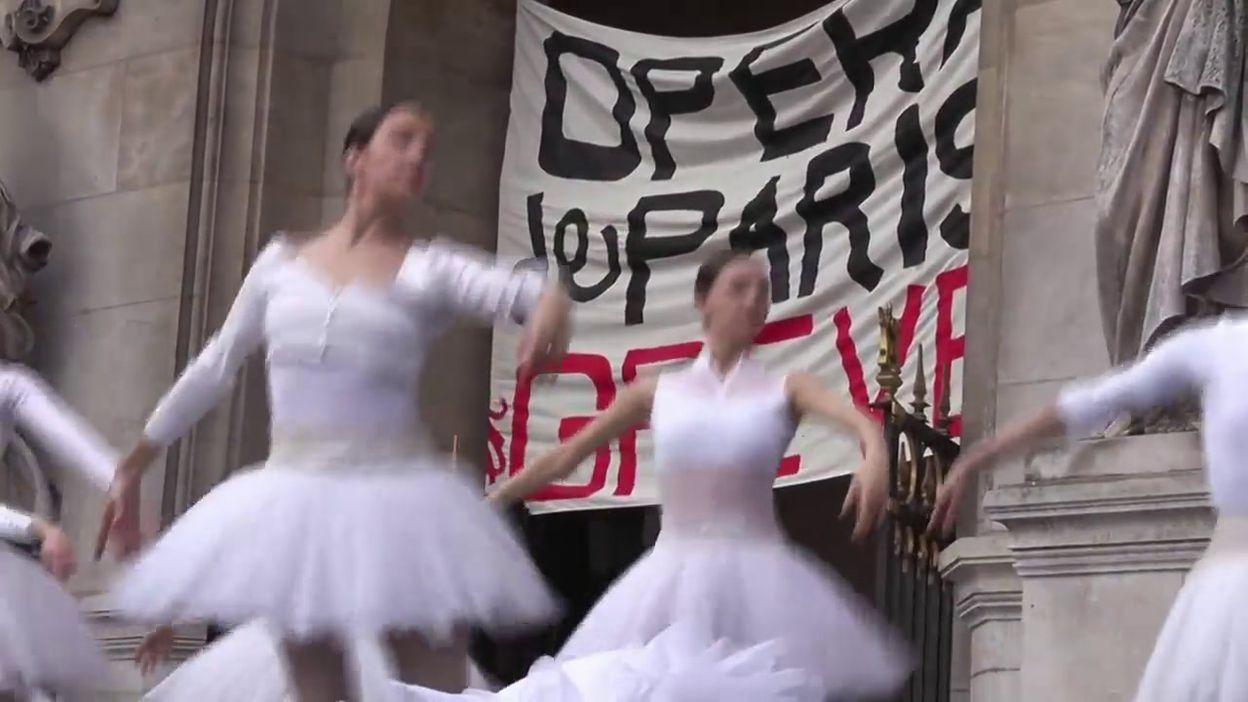 Le Lac Des Cygnes Sur Le Parvis En Greve Les Danseuses De L Opera De Paris Font Le Show Video
