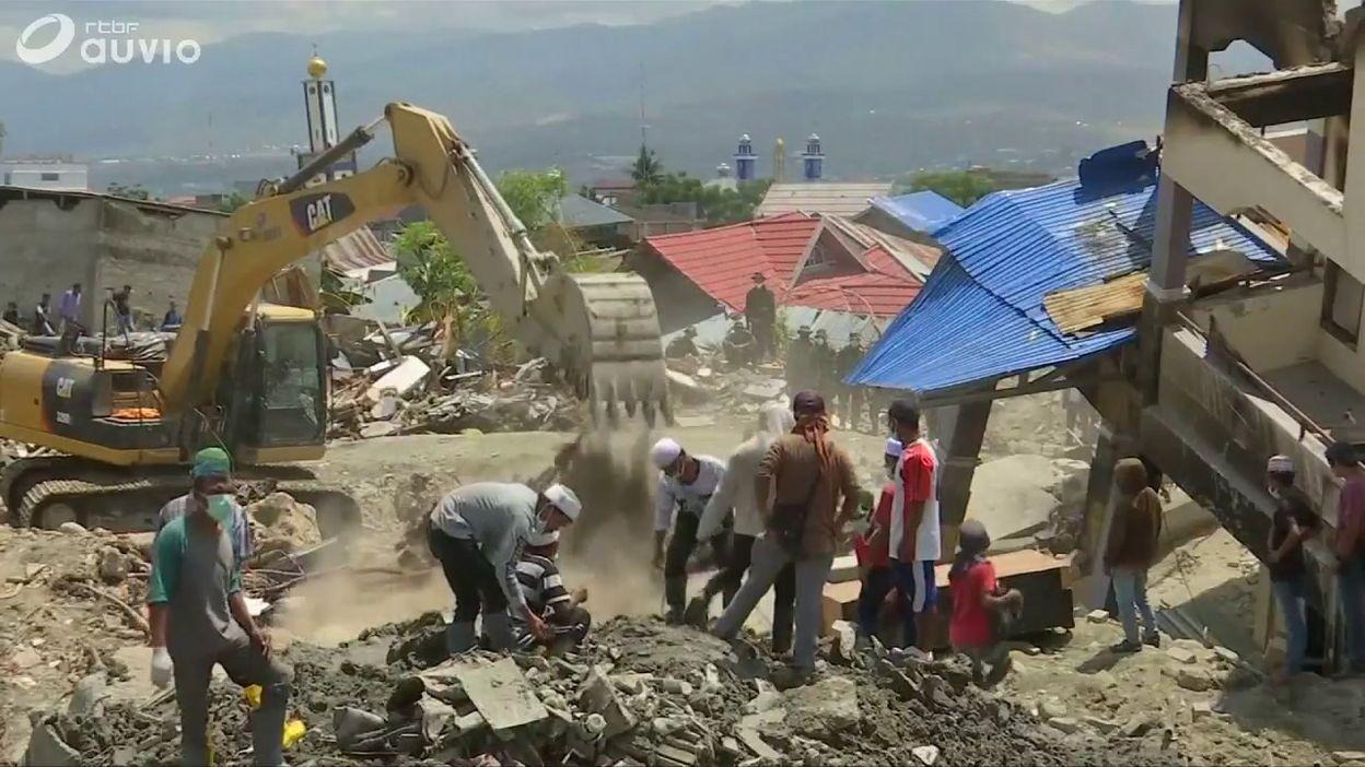 Indonésie : recherche des corps dans les décombres