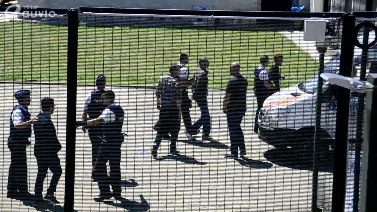 L'arrestation de l'équipe de la RTBF filmée par des membres du collectif