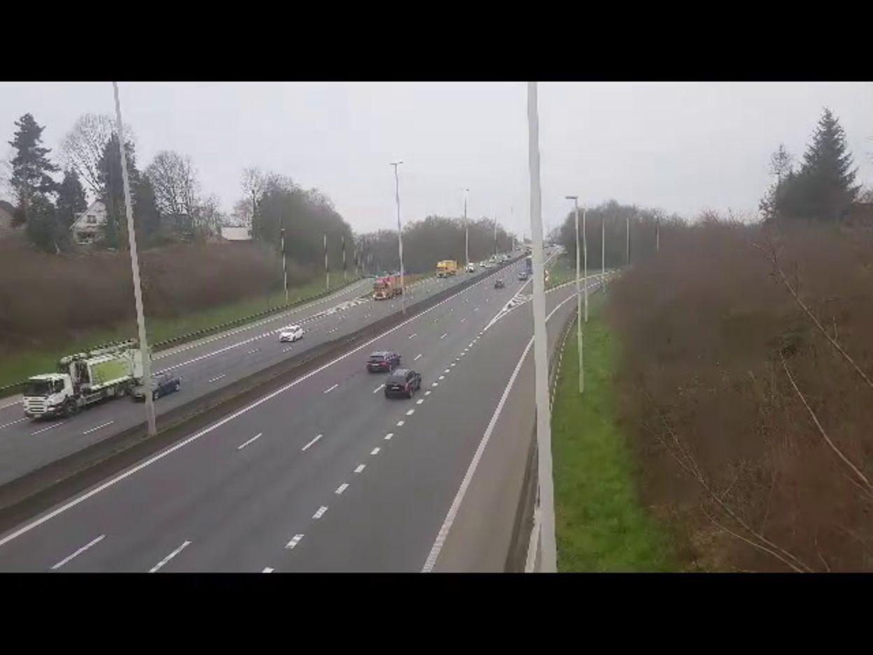 Trafic sur le Ring de Bruxelles à Weezembeek-Oppem (motard Europ Assistance)