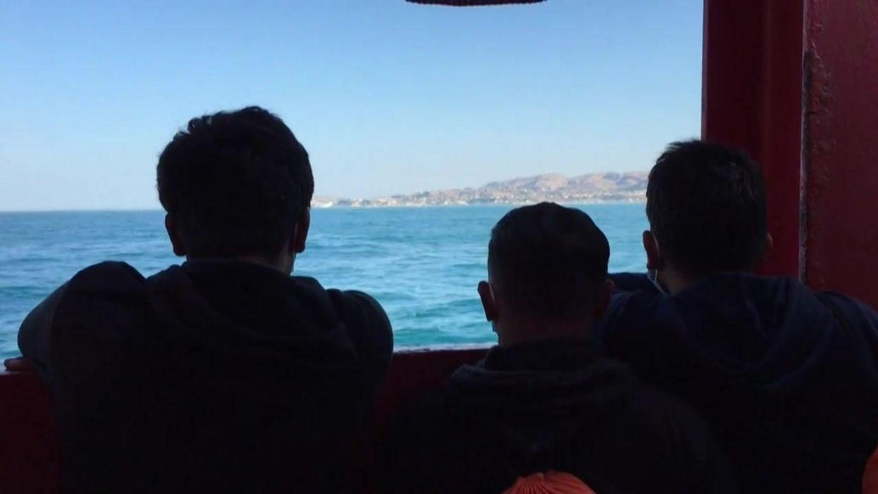 Les migrants de l'Ocean Viking quittent le bateau, ce 06 juillet à Porto Empedocle (Italie)