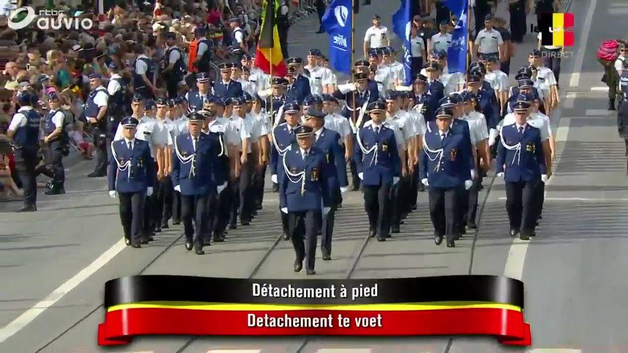 Début du défilé civil: le détachement policier