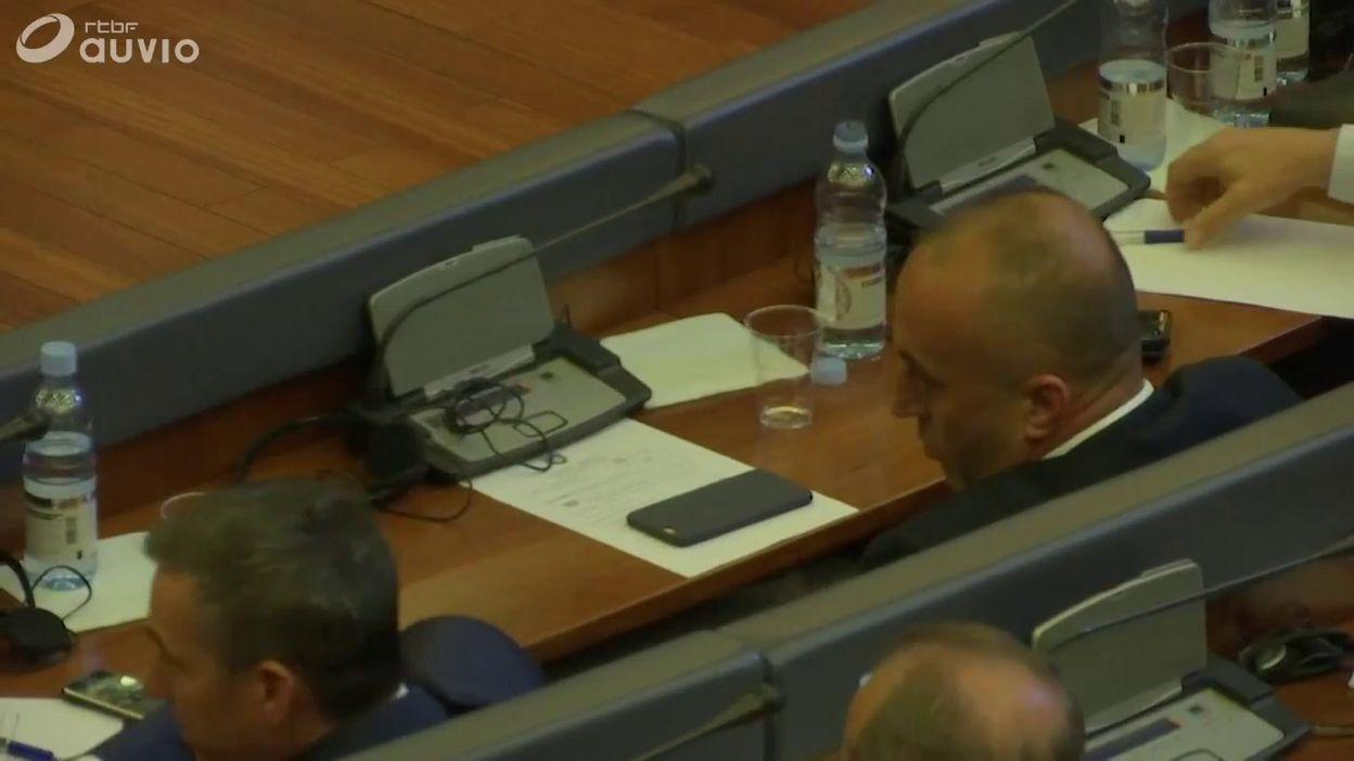 Kosovo: scène de félicitations au parlement de Pristina après la désignation du nouveau premier ministre