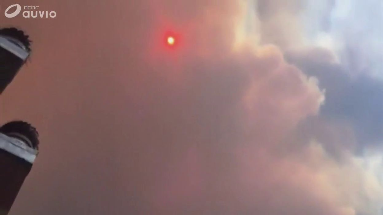 Incendies sur les flancs du Vésuve: le ciel est obscurci par la fumée