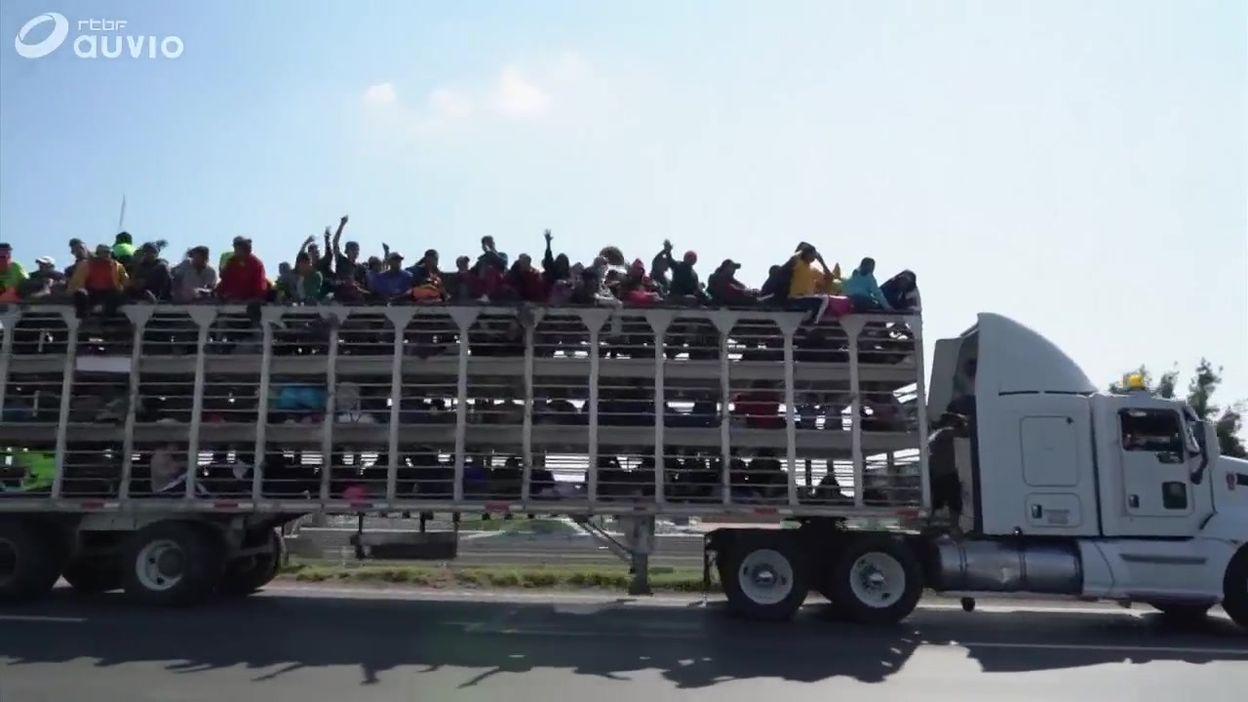 Les réfugiés de la caravane parcourent le Mexique avec différents moyens de transport
