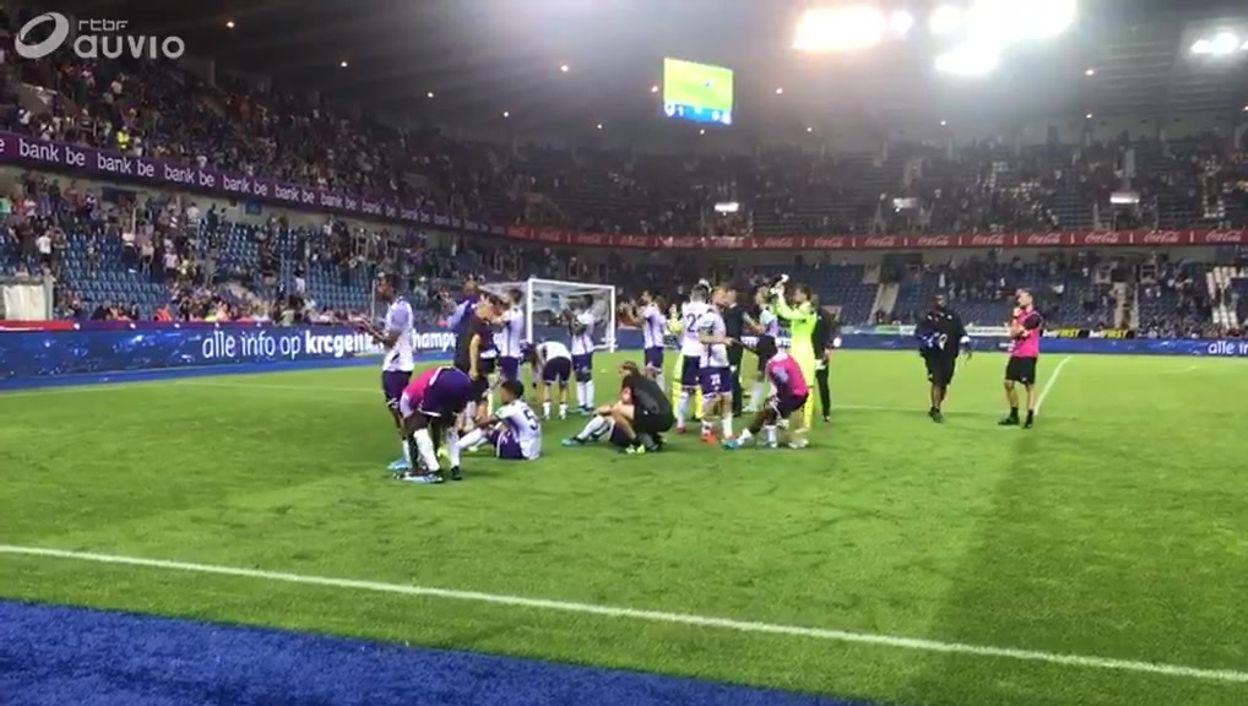 Les supporters d'Anderlecht applaudissent leurs joueurs après le revers à Genk