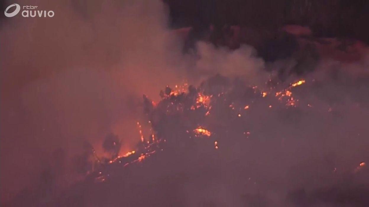 Incendies en Californie: les pompiers essayent d'éteindre les feux près de Santa Clarita
