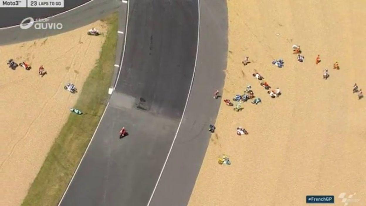 Énorme chute collective en Moto3