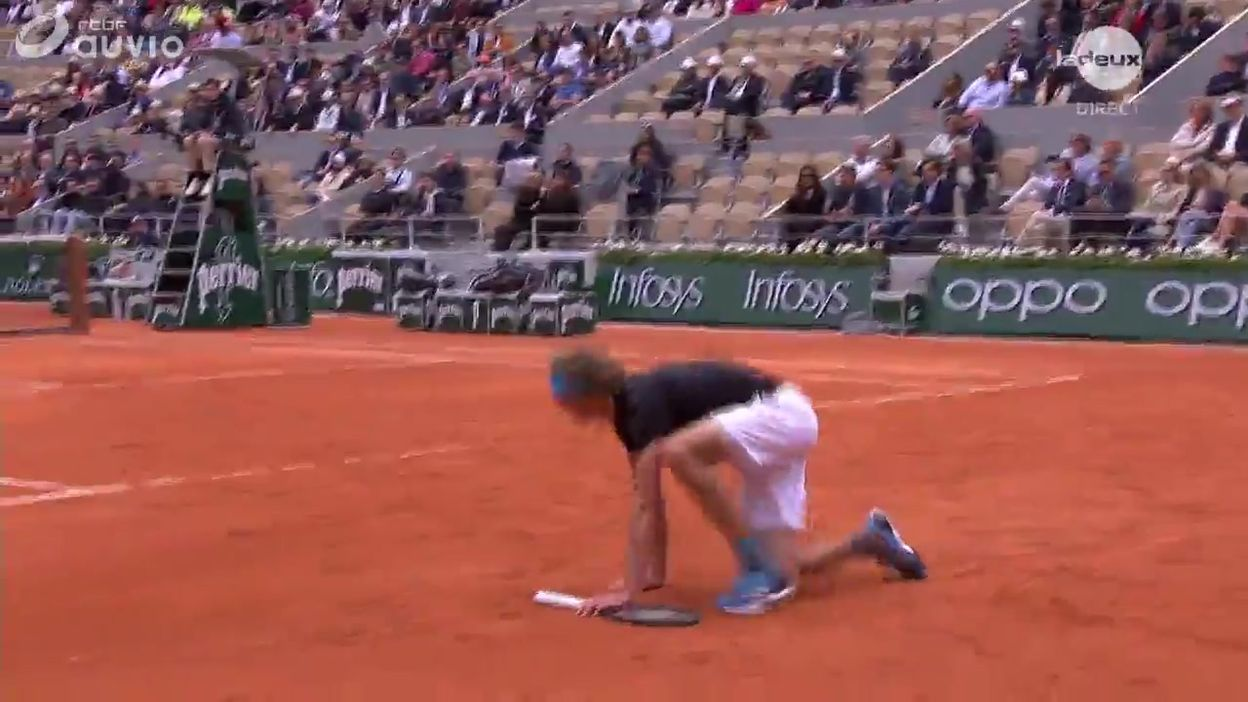 Zverev perd ses appuis et sa raquette... et remporte malgré tout le point