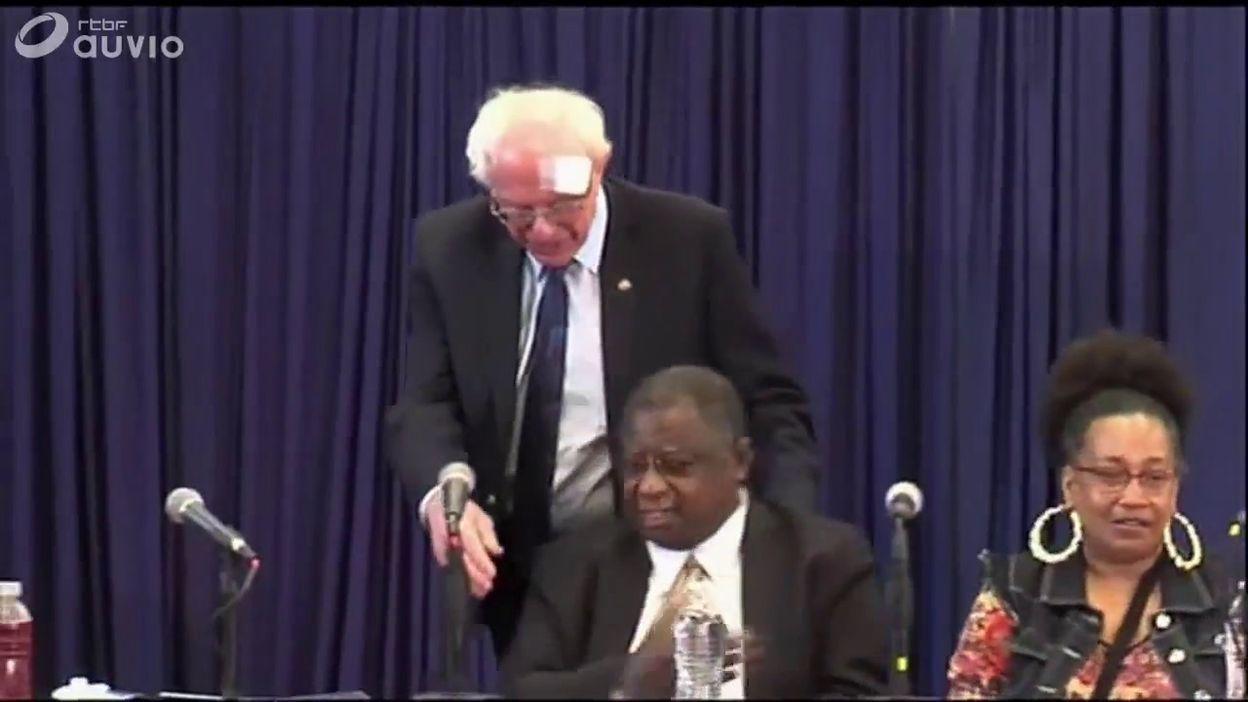 Bernie Sanders, blessé, arrive à une conférence de presse à Charleston (Caroline du Sud), le 15 mars