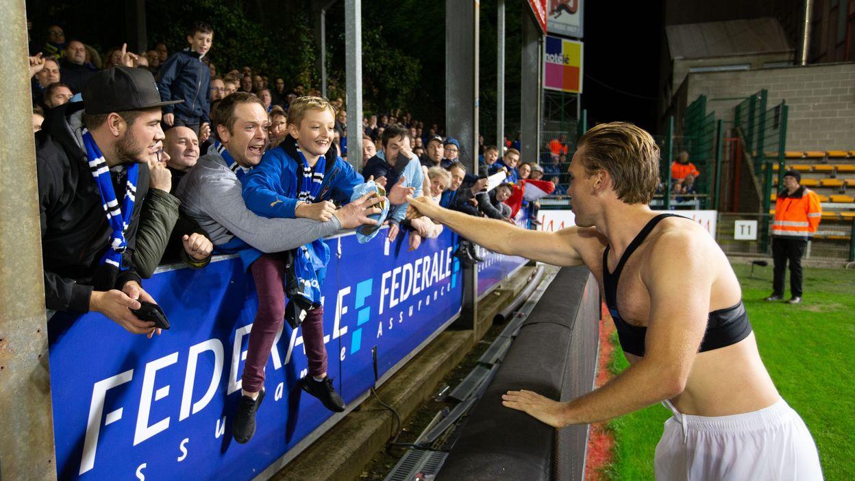 Ruud Vormer offre son maillot à une enfant
