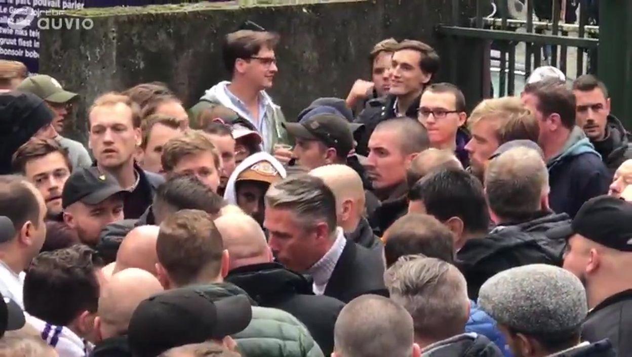Tension à Anderlecht, les ultras attendent la direction mauve à la sortie du stade