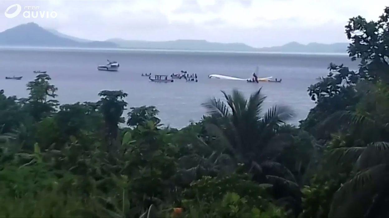 Un avion de ligne rate son atterrissage et plonge dans un lagon du Pacifique