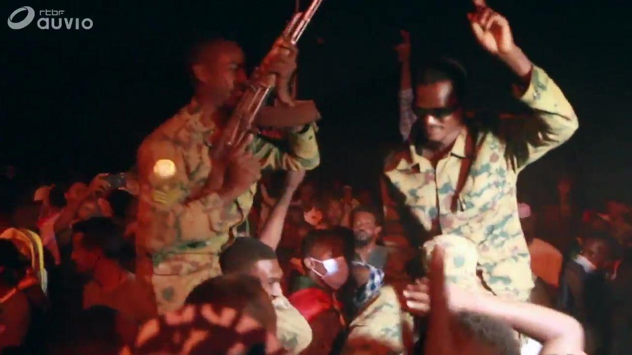 Soudan: des manifestants démantèlent des barricades, et procédent à des réjouissances à Khartoum