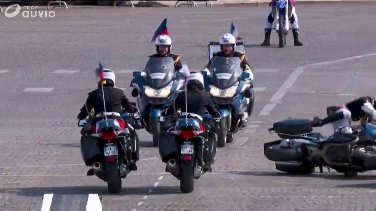 France: collision (sans gravité) entre motards de la gendarmerie en plein défilé du 14 juillet