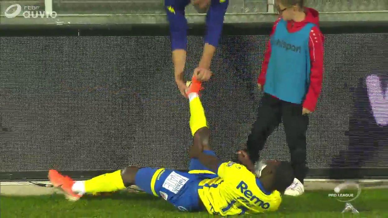 Pris de crampes, un joueur de Waasland-Beveren se fait soigner par un spectateur