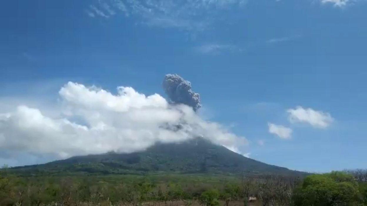 Indonésie: 3000 personnes évacuées après l'entrée en éruption d'un volcan