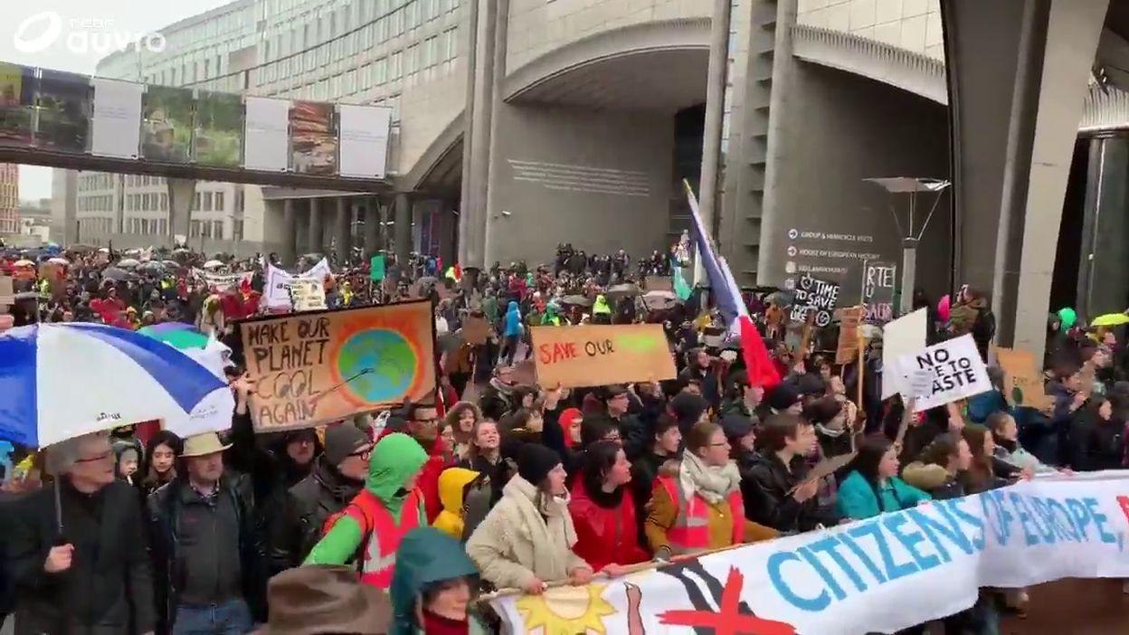 Marche pour le climat: les manifestants arrivent sur l'esplanade du Parlement européen