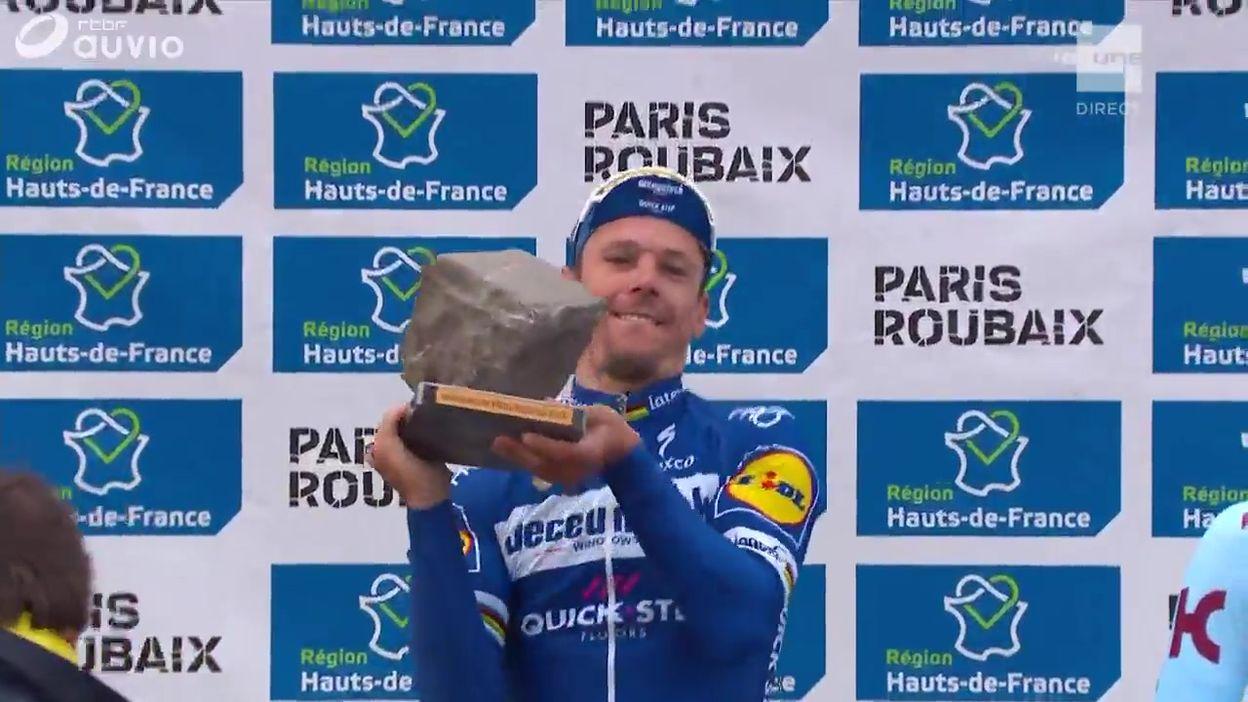 Remise du pavé et Brabançonne pour Philippe Gilbert, vainqueur de Paris-Roubaix