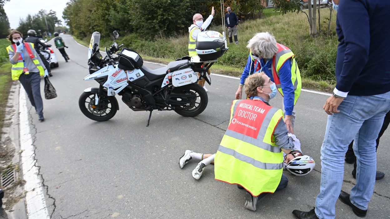 Julian Alaphilippe percute une moto et chute très lourdement !