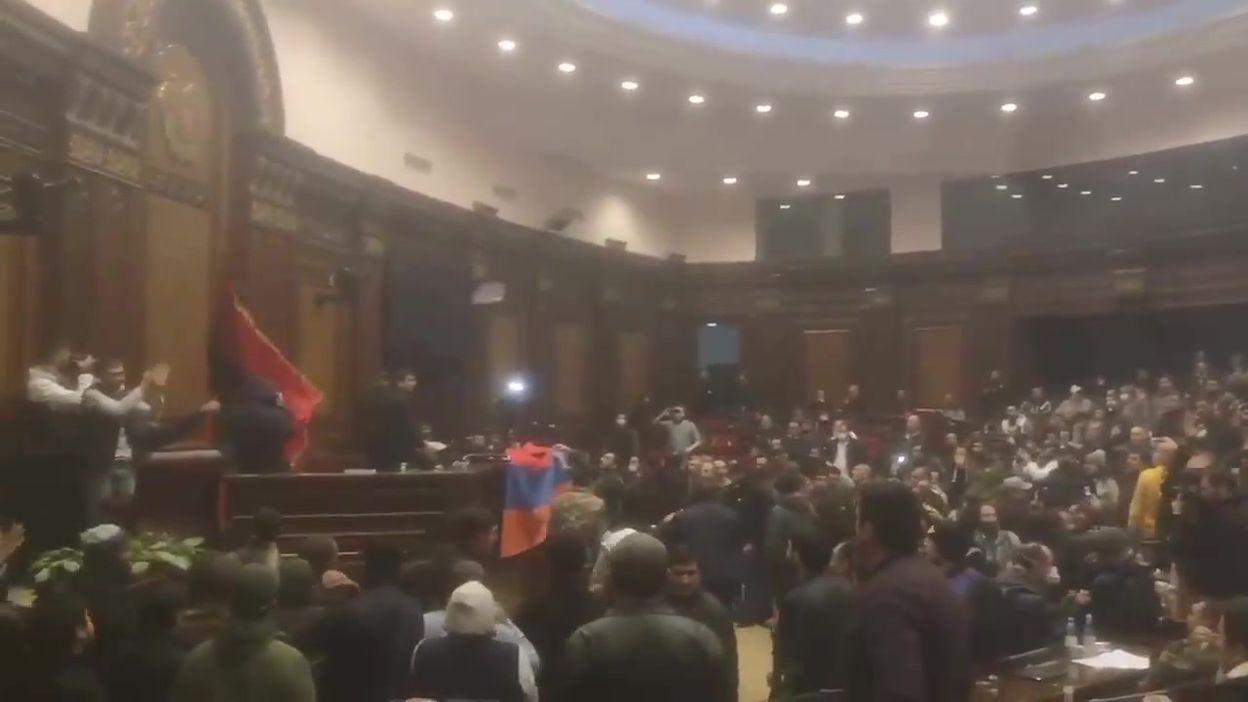 Le parlement arménien envahi par des manifestants (source : Tom Mutch)