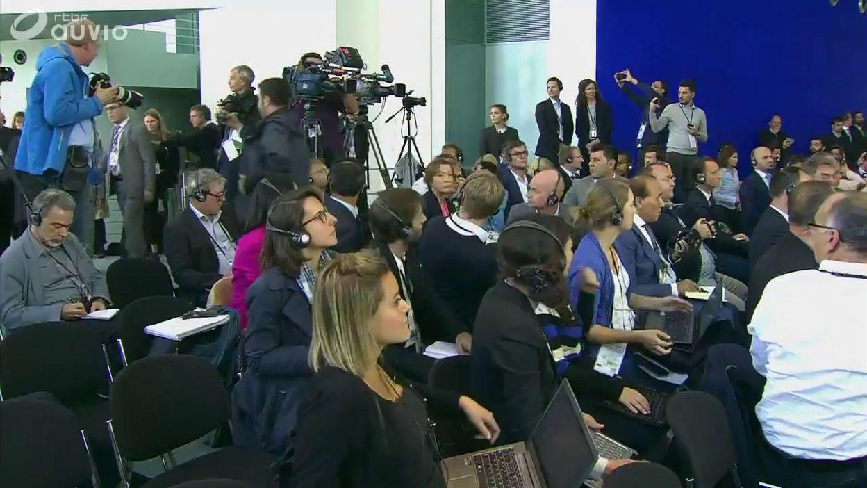 Un homme interrompt la conférence de presse Merkel - Erdogan