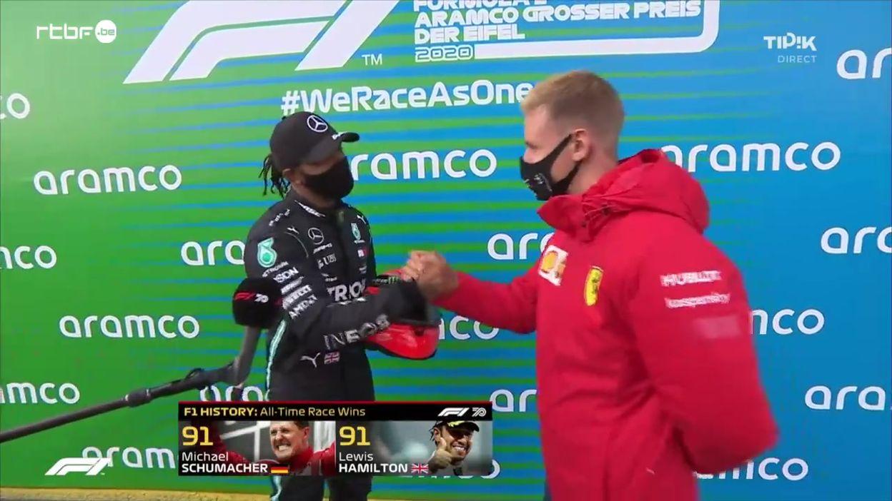 Lewis Hamilton, très ému, reçoit le casque de Michael Schumacher
