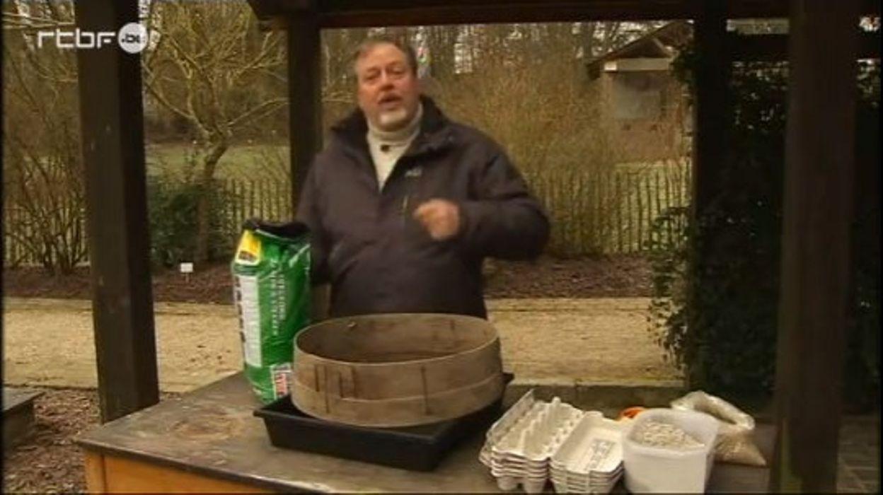 Luc au jardin Massart - Semis dans des cartons d'oeufs