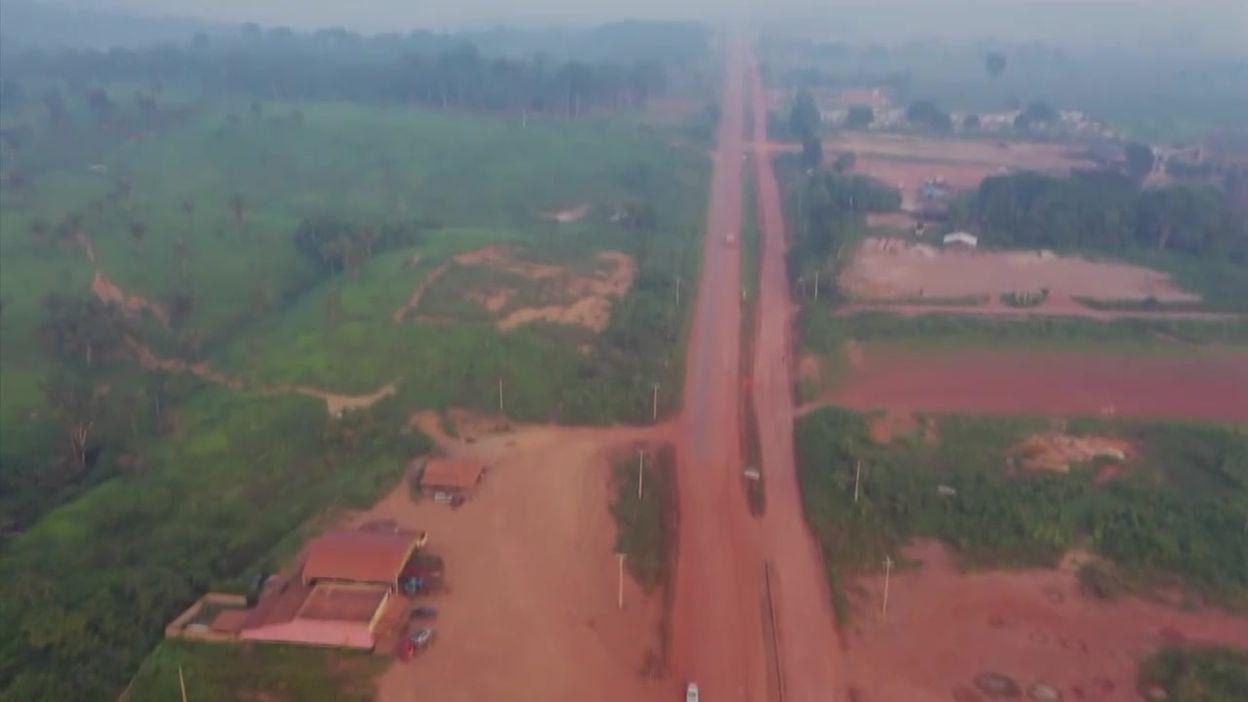 Brésil : La forêt amazonienne littéralement coupée par une autoroute