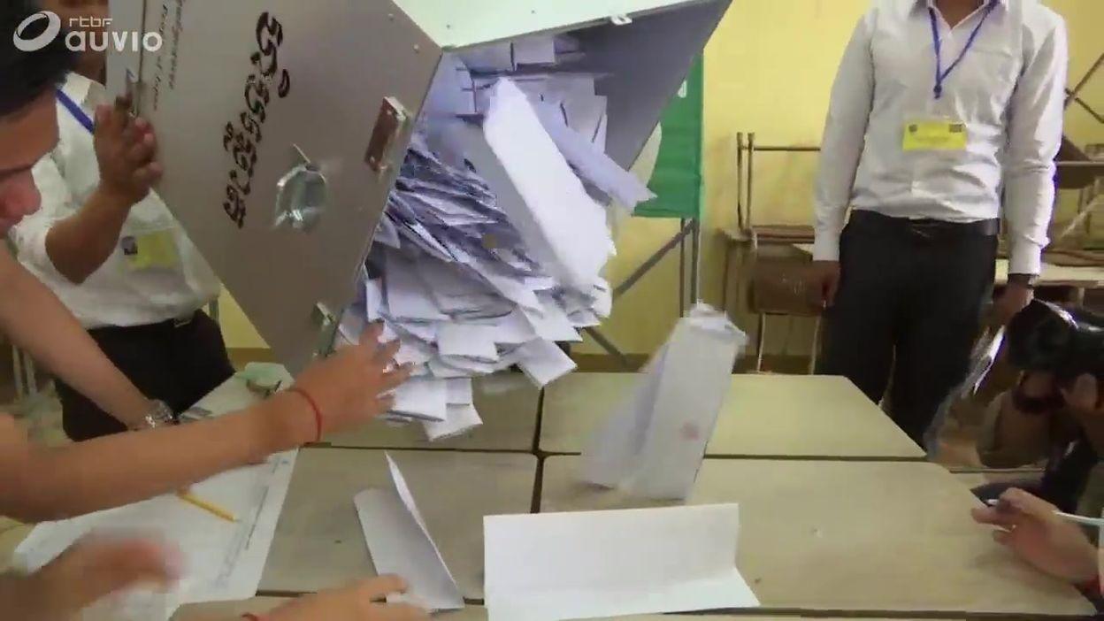 Dépouillement des urnes dans un bureau de vote de Phnom Penh, au Cambodge