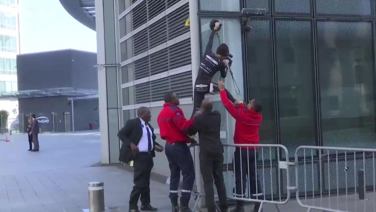Arrestation d'Alain Robert après son arrestation
