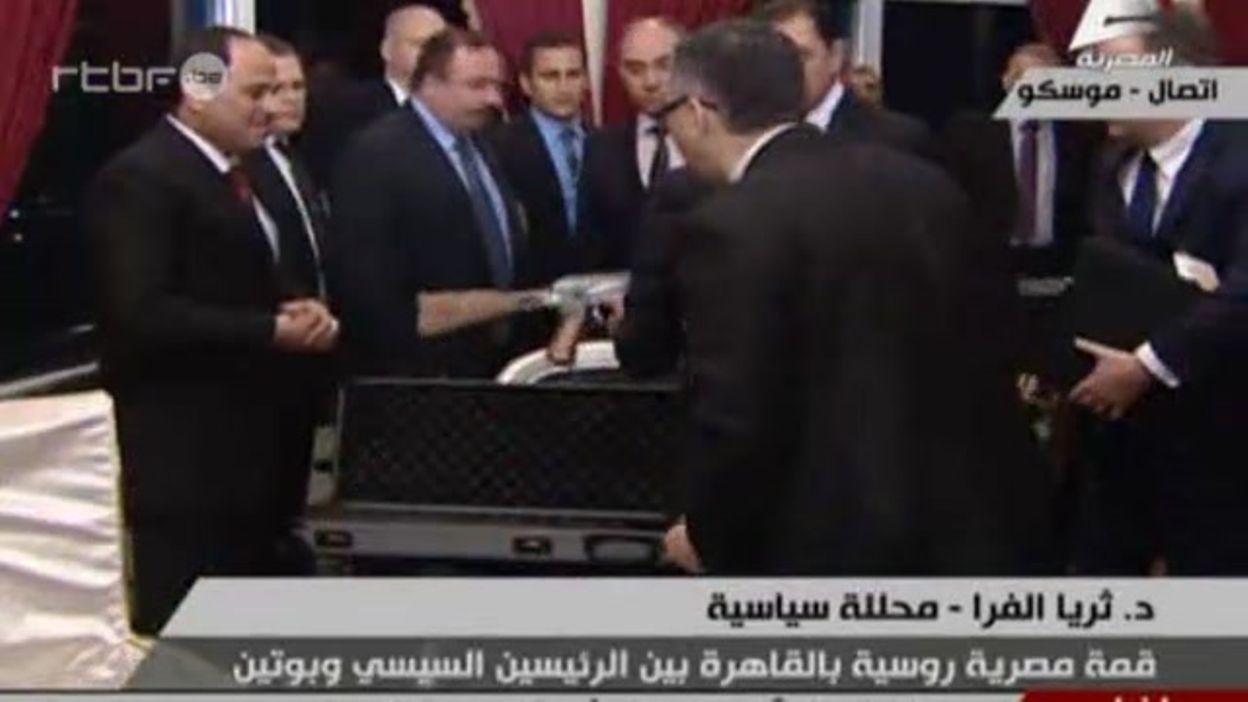 En visite au Caire, Poutine offre une Kalachnikov à Al Sissi