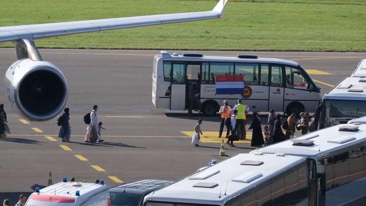 Évacuations d'Afghanistan: une petite fille afghane sautille sur le tarmac de l'aéroport de Melsbroek