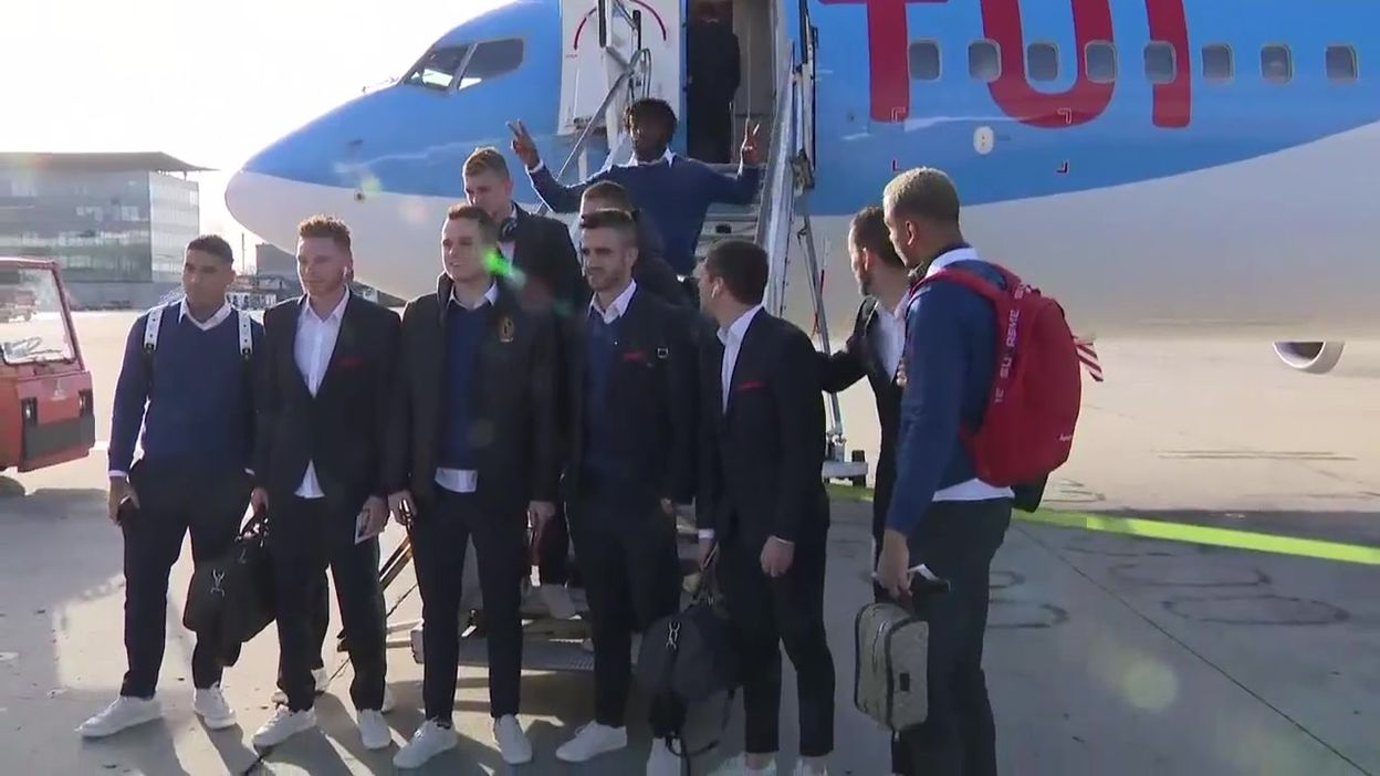 Les joueurs du Standard prennent la pose avant de prendre l'avion