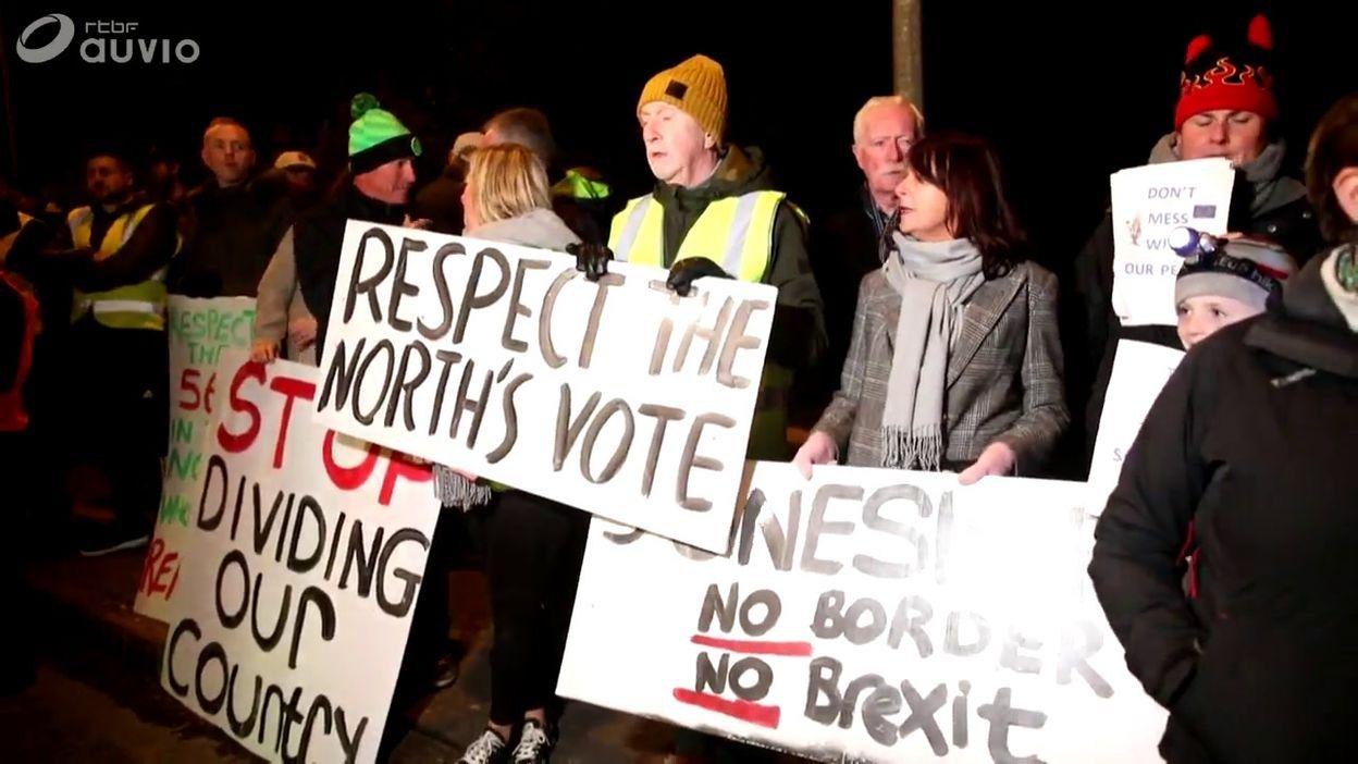 Des frontaliers irlandais manifestent contre le Brexit (à Carrickcarnan, en Irlande, ce 16/10)