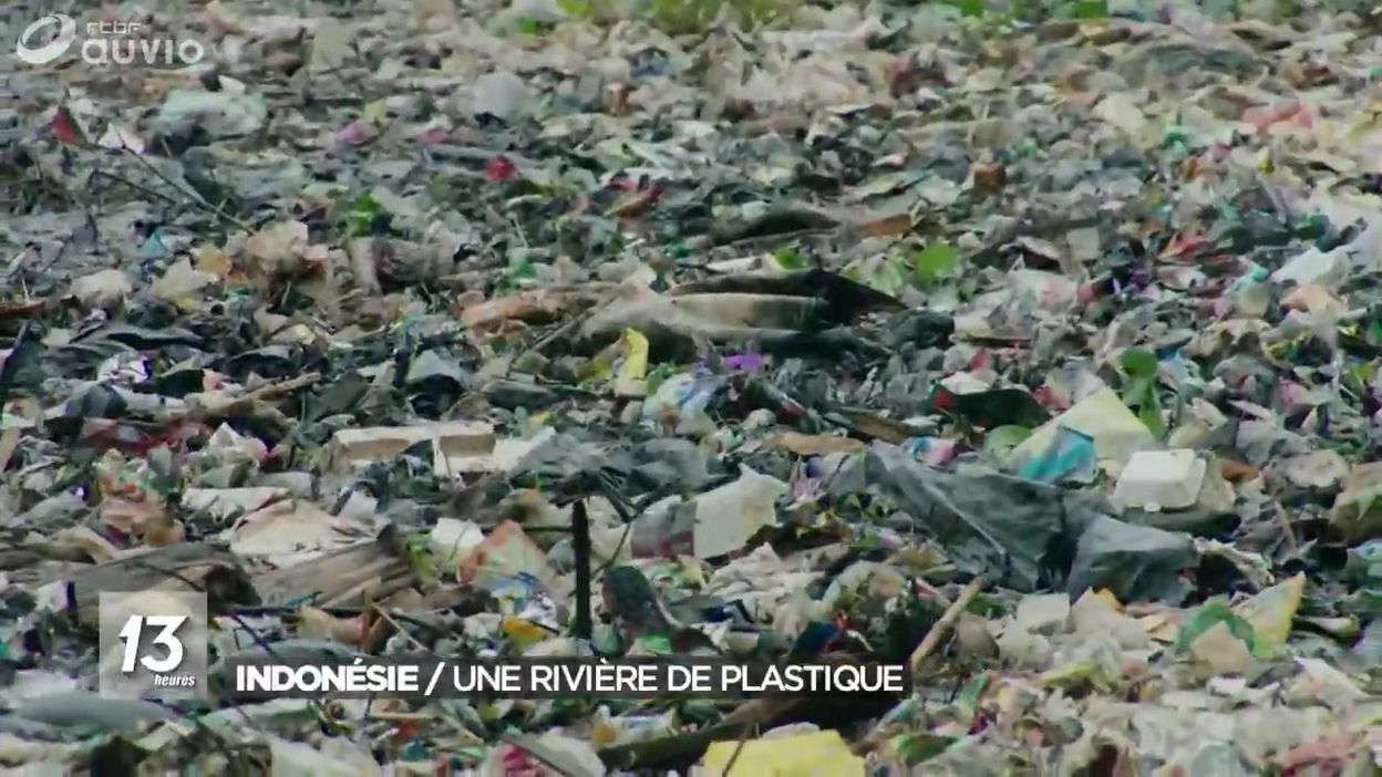 Indonésie : une rivière de plastique
