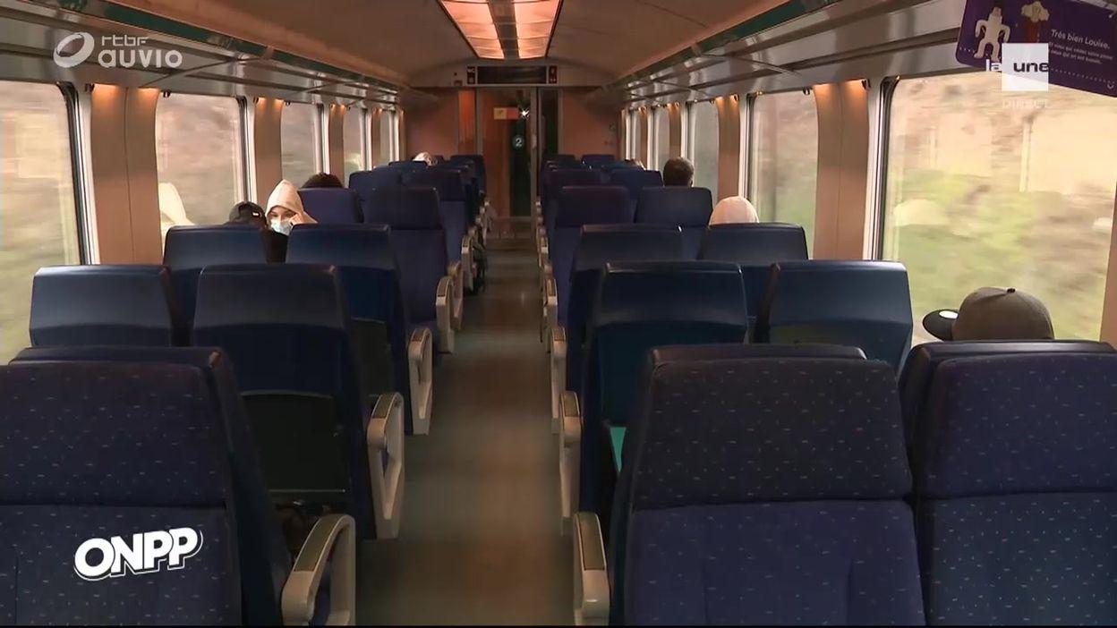 Assis côté fenêtre dans le train vers la mer à Pâques ?