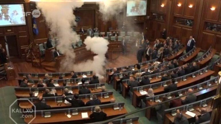 Kosovo Du Gaz Lacrymogène Diffusé Au Parlement Par Des élus De L Opposition 07 10 2015